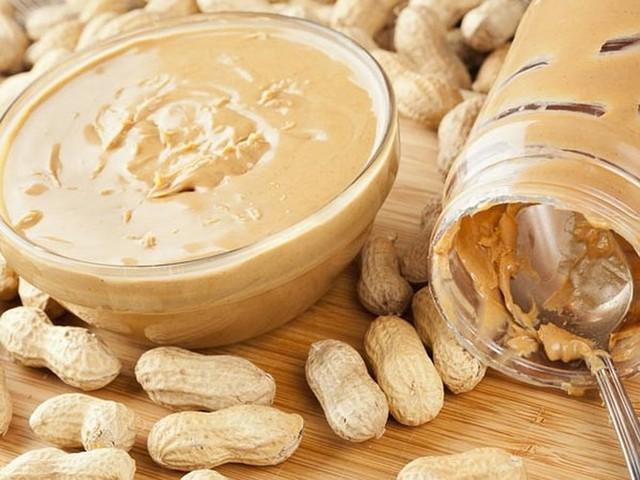 Thức ăn cần tránh cho trẻ ăn trong năm đầu tiên - Ảnh 1.