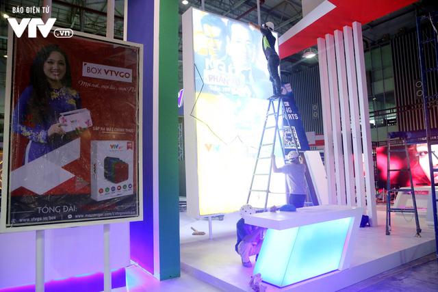 Gấp rút hoàn thiện không gian triển lãm Telefilm 2018 trước ngày khai mạc - Ảnh 6.