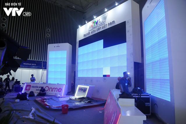 Gấp rút hoàn thiện không gian triển lãm Telefilm 2018 trước ngày khai mạc - Ảnh 8.