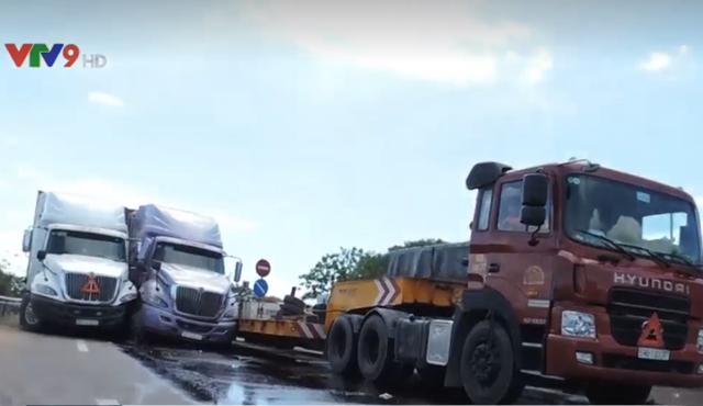 Tai nạn giao thông liên hoàn giữa 3 xe container tại Bình Thuận - Ảnh 1.
