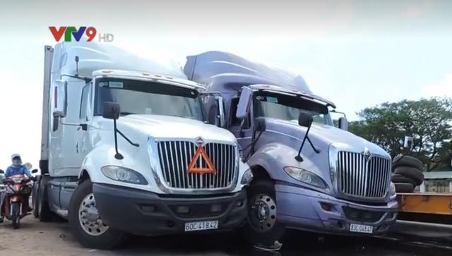 Tai nạn giao thông liên hoàn giữa 3 xe container tại Bình Thuận - Ảnh 2.