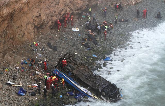Peru: Xe bus va chạm với xe tải lao xuống vực, ít nhất 36 người thiệt mạng - Ảnh 4.