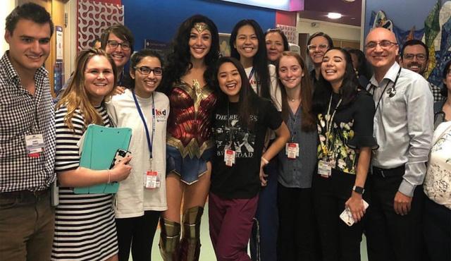 """Gal Gadot đến thăm bệnh viện nhi trong trang phục """"Wonder Woman"""" - Ảnh 1."""