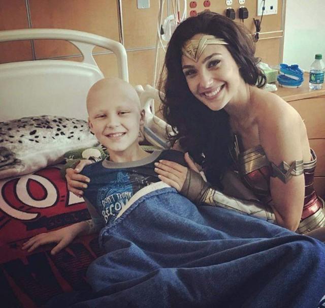 """Gal Gadot đến thăm bệnh viện nhi trong trang phục """"Wonder Woman"""" - Ảnh 2."""