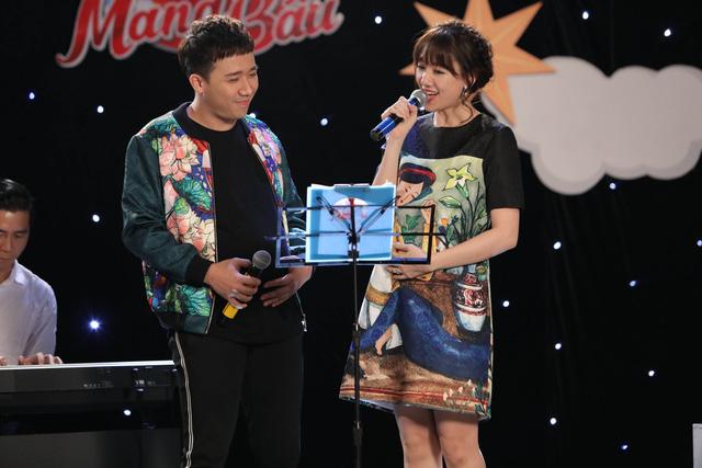 Trấn Thành ôm mặt lau nước mắt khi nhắc về bố trên sóng truyền hình - Ảnh 2.