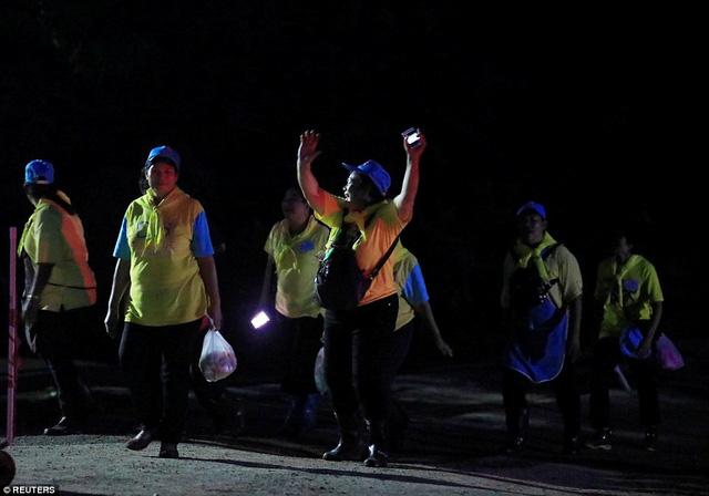 Người dân Thái Lan ăn mừng kỳ tích chiến dịch giải cứu đội bóng nhí - Ảnh 6.