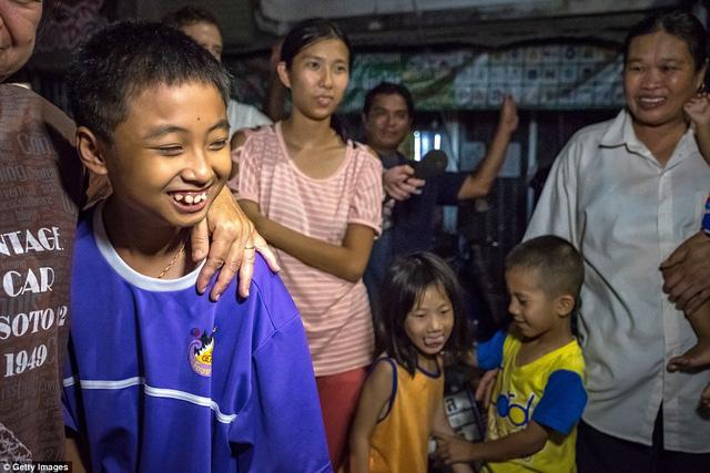 Người dân Thái Lan ăn mừng kỳ tích chiến dịch giải cứu đội bóng nhí - Ảnh 11.