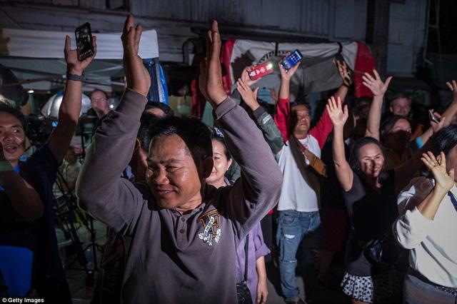 Người dân Thái Lan ăn mừng kỳ tích chiến dịch giải cứu đội bóng nhí - Ảnh 10.