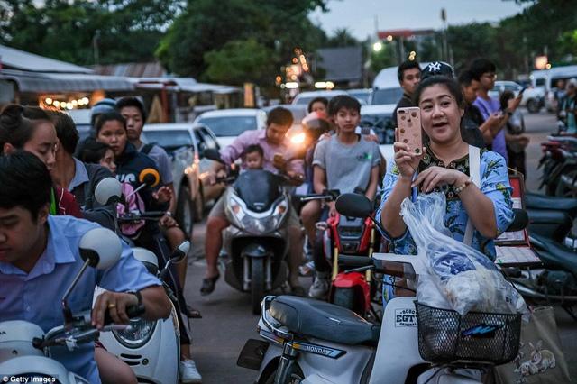Người dân Thái Lan ăn mừng kỳ tích chiến dịch giải cứu đội bóng nhí - Ảnh 9.