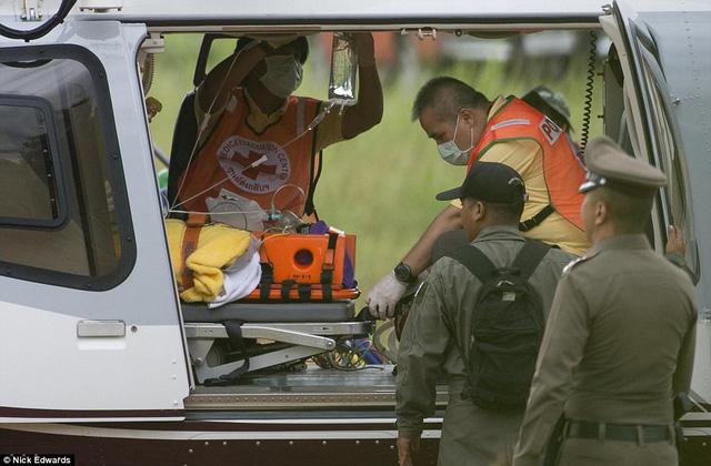 Người dân Thái Lan ăn mừng kỳ tích chiến dịch giải cứu đội bóng nhí - Ảnh 1.