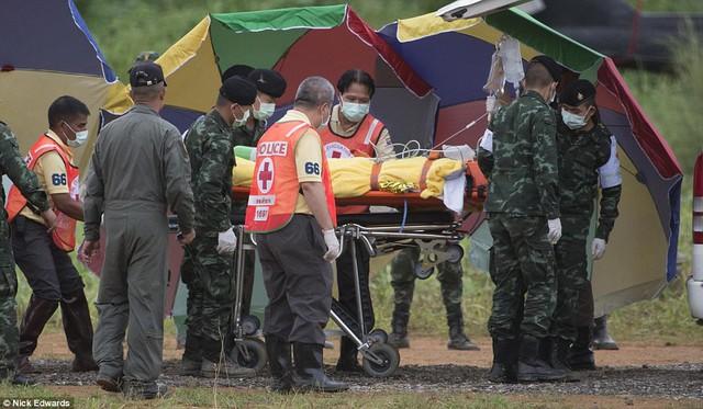 Người dân Thái Lan ăn mừng kỳ tích chiến dịch giải cứu đội bóng nhí - Ảnh 2.