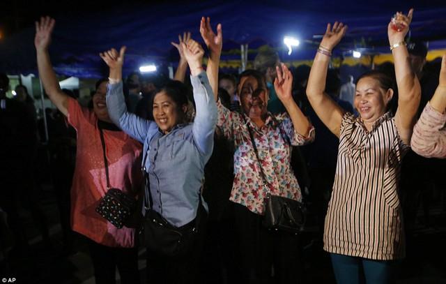 Người dân Thái Lan ăn mừng kỳ tích chiến dịch giải cứu đội bóng nhí - Ảnh 8.
