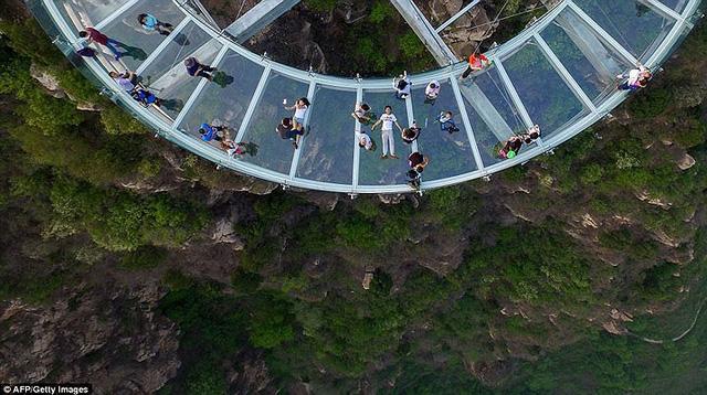 Du khách rùng mình đứng trên đài quan sát trong suốt ở Trung Quốc - Ảnh 2.
