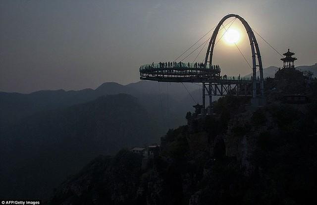 Du khách rùng mình đứng trên đài quan sát trong suốt ở Trung Quốc - Ảnh 6.