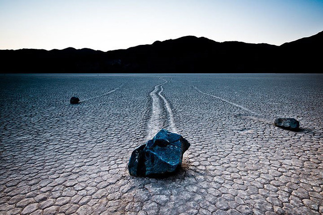 """Sự thật về những hòn đá biết đi ở """"thung lũng chết"""" - ảnh 1"""