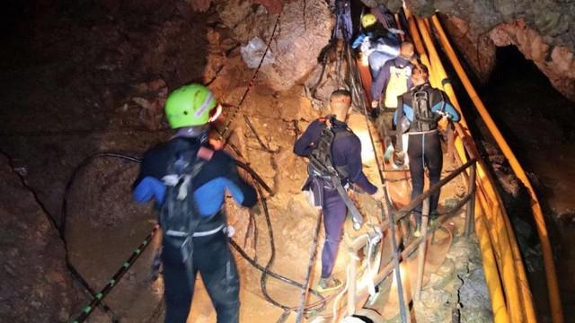 Hành trình giải cứu đội bóng Thái Lan: Chúng tôi đã thoát chết trong gang tấc - Ảnh 1.