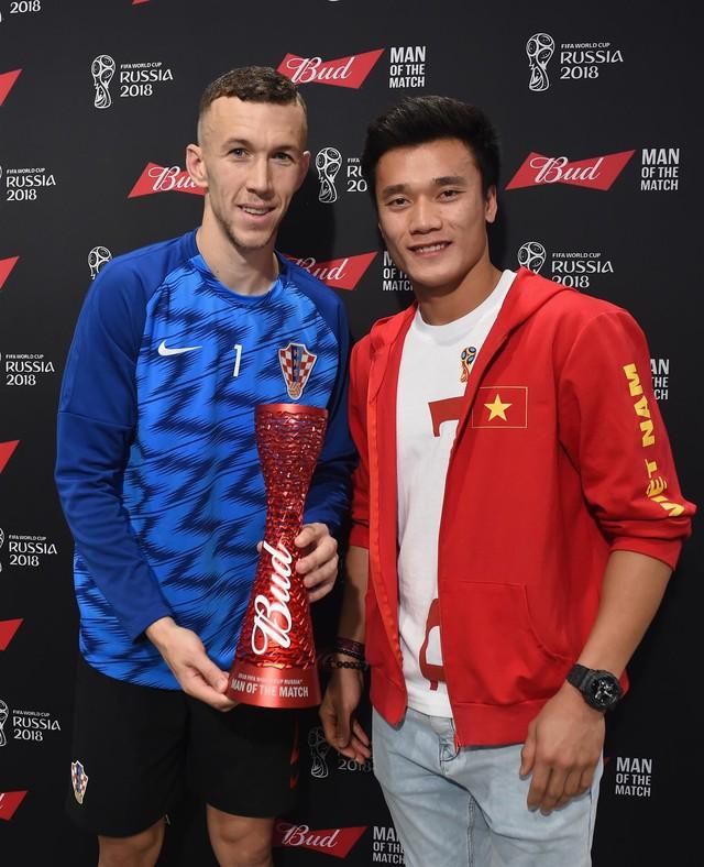 Bùi Tiến Dũng trao giải Cầu thủ xuất sắc nhất trận Anh - Croatia cho Perisic - Ảnh 1.