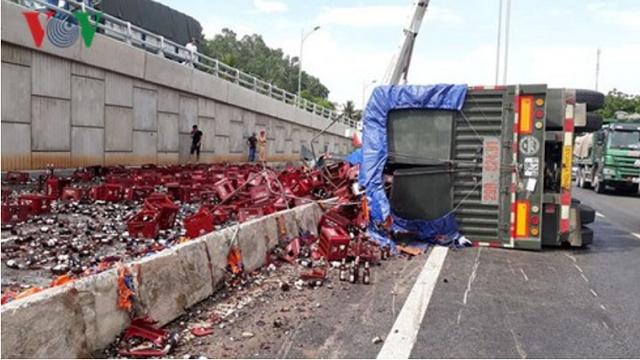 Xe đầu kéo lật ngang giữa Quốc lộ 1A, hơn 1.000 két bia vỡ nát - ảnh 1