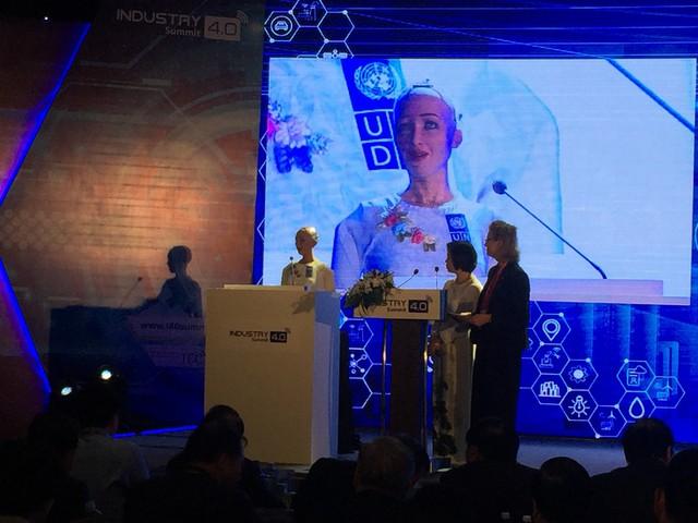 Công dân robot đầu tiên trên thế giới Sophia nói gì về CMCN 4.0 ở Việt Nam? - Ảnh 1.