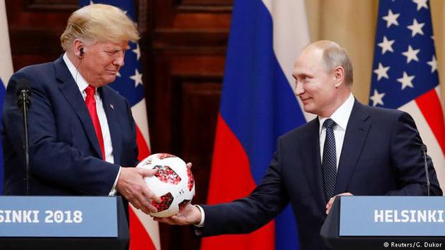 Tổng thống Putin tặng quả bóng World Cup 2018 cho ông Trump - Ảnh 2.