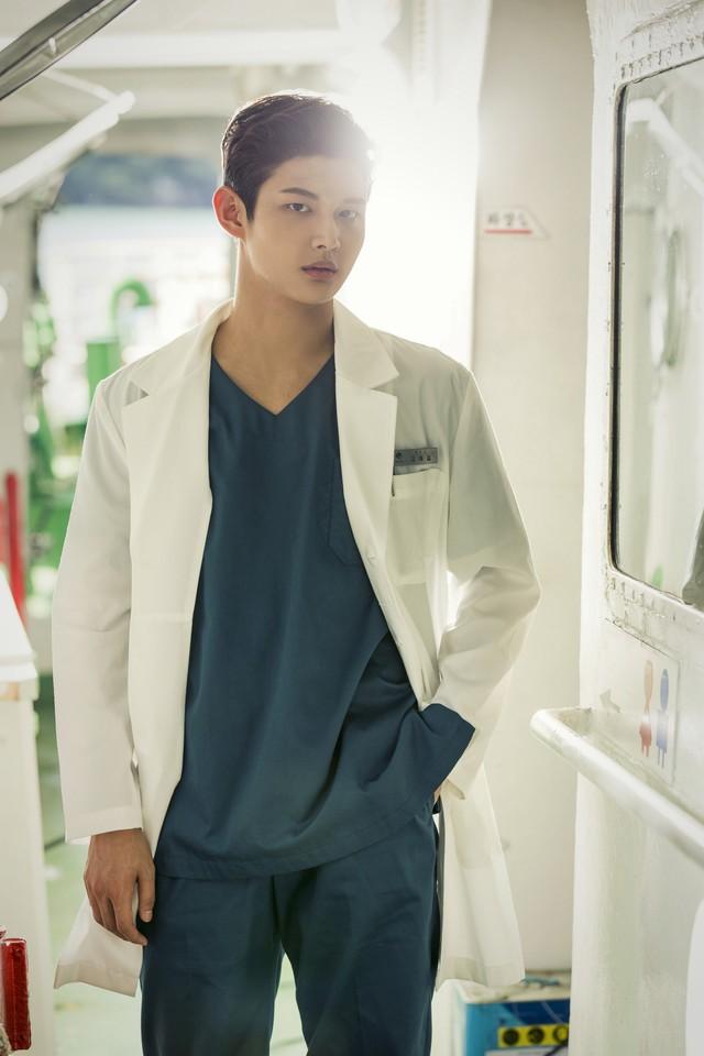 Ha Ji Won tái ngộ khán giả Việt qua phim mới Con tàu y đức - Ảnh 3.