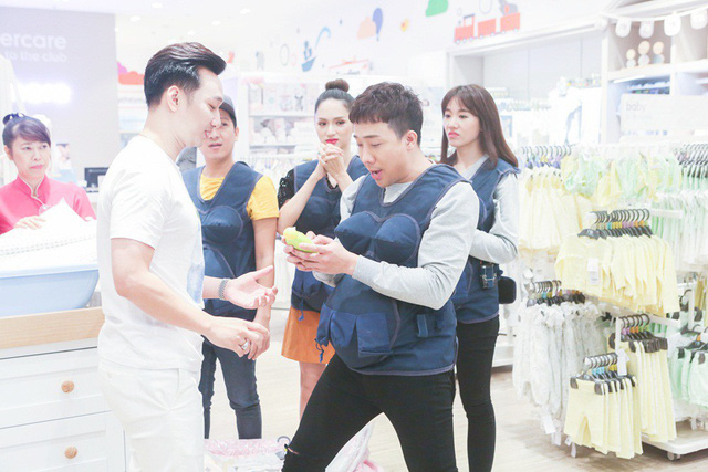 Khi đàn ông mang bầu: Trường Giang, Hương Giang gây lộn trong siêu thị vì... ghế tắm - Ảnh 4.