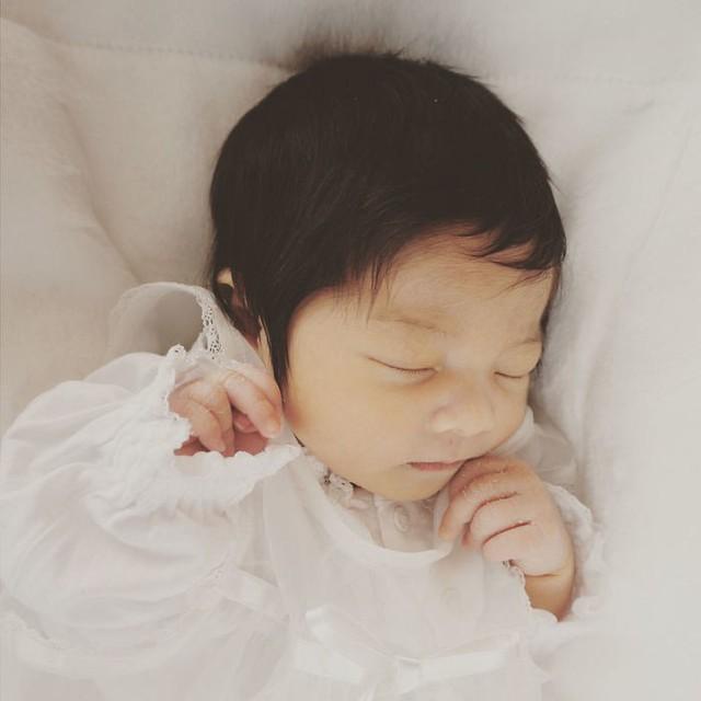 Bé gái 6 tháng tuổi gây sốt vì mái tóc dựng ngược có một không hai - Ảnh 1.