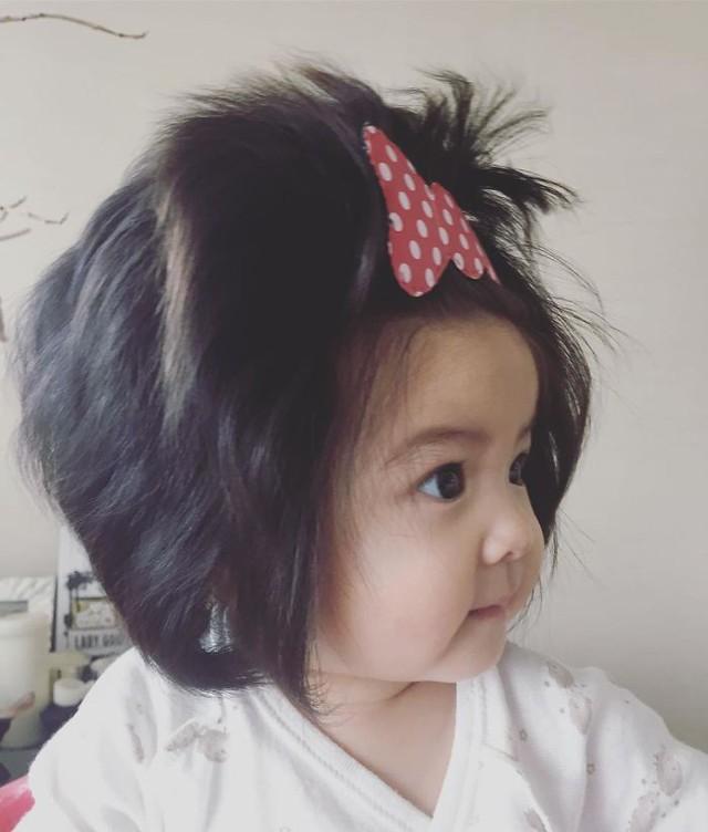 Bé gái 6 tháng tuổi gây sốt vì mái tóc dựng ngược có một không hai - Ảnh 3.