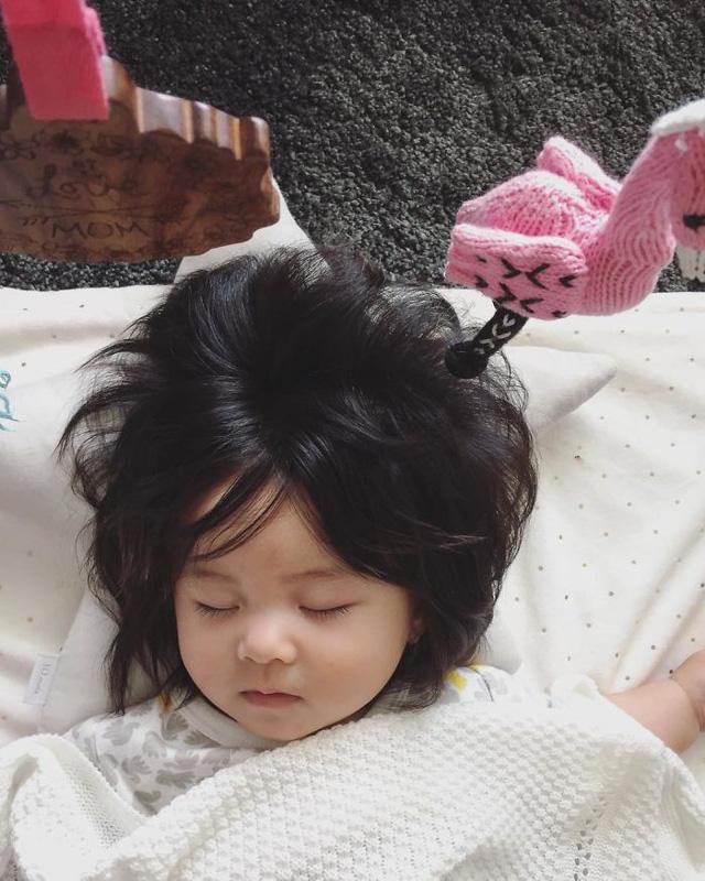 Bé gái 6 tháng tuổi gây sốt vì mái tóc dựng ngược có một không hai - Ảnh 21.