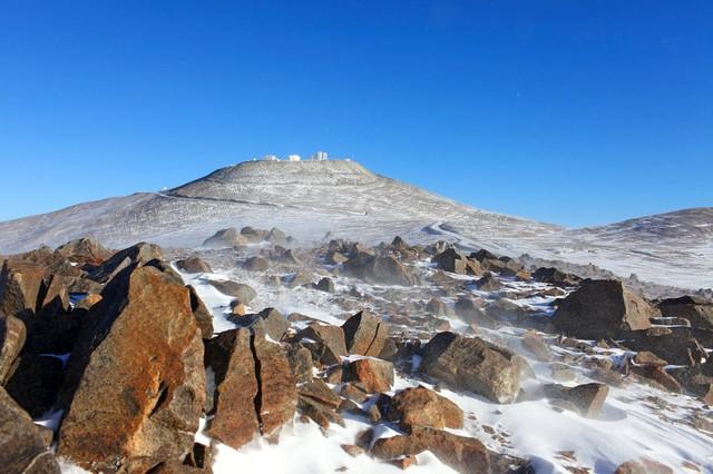 Hy hữu tuyết rơi trên sa mạc khô cằn nhất thế giới - Ảnh 2.