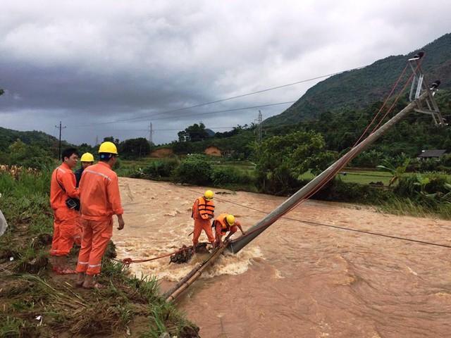 Yên Bái khắc phục lưới điện sau mưa lũ - Ảnh 1.