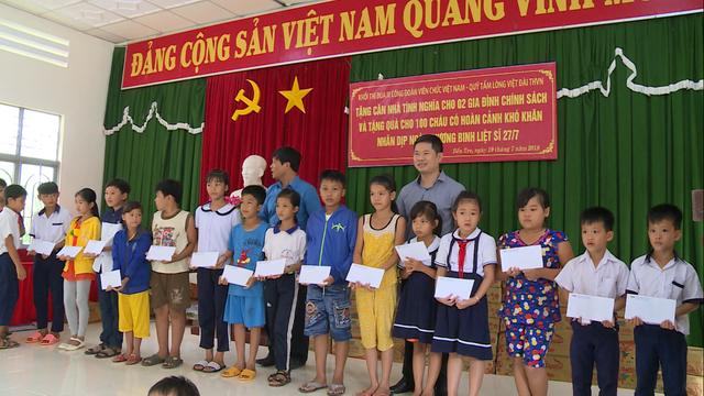 Sẻ chia yêu thương đến với các em học sinh nghèo vượt khó tại tỉnh Bến Tre - Ảnh 1.