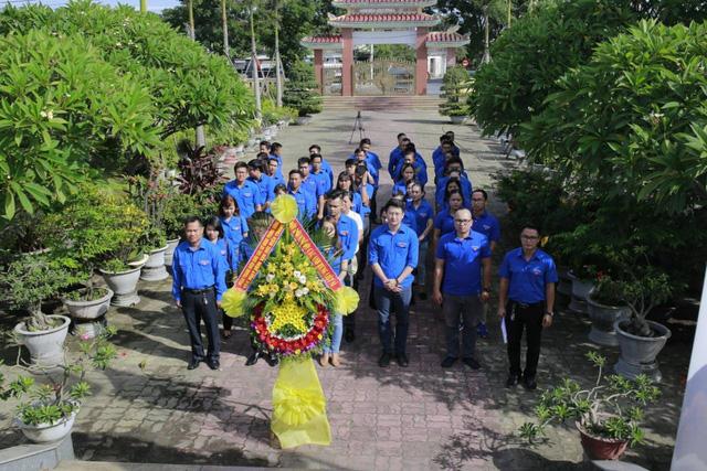 Thanh niên Đoàn Khối các cơ quan Trung ương tại miền Trung thăm gia đình chính sách - Ảnh 1.