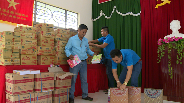 Sẻ chia yêu thương đến với các em học sinh nghèo vượt khó tại tỉnh Bến Tre - Ảnh 3.
