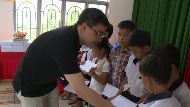 Sẻ chia yêu thương đến với các em học sinh nghèo vượt khó tại tỉnh Bến Tre - Ảnh 2.