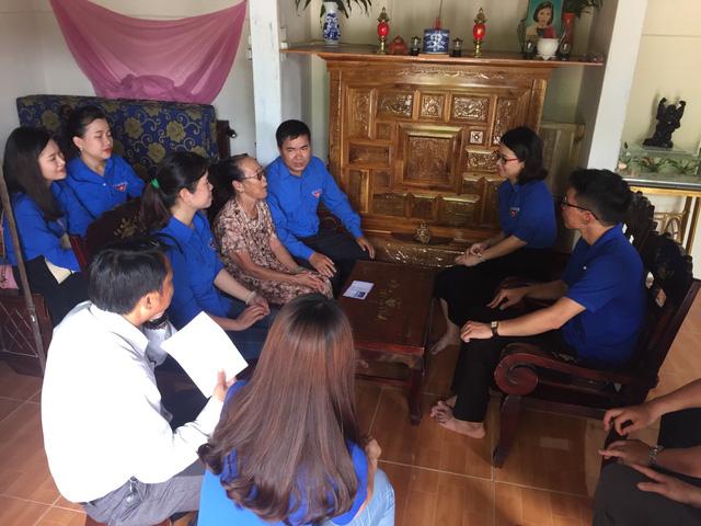 Thanh niên Đoàn Khối các cơ quan Trung ương tại miền Trung thăm gia đình chính sách - Ảnh 4.