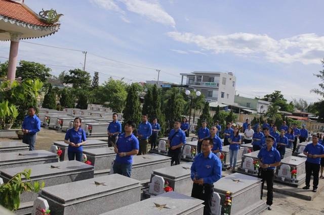 Thanh niên Đoàn Khối các cơ quan Trung ương tại miền Trung thăm gia đình chính sách - Ảnh 2.