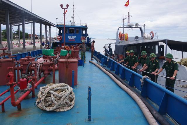 Nghệ An: Bắt giữ tàu vận chuyển số lượng lớn dầu trái phép - Ảnh 2.