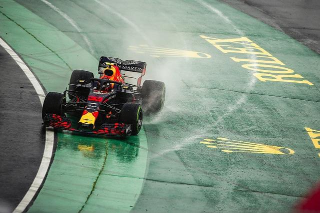 Đua xe F1: Hamilton bất ngờ giành pole dưới trời mưa tại Hungary, Ferrari và Red Bull gây thất vọng - Ảnh 1.