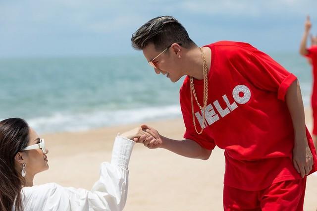 Mr Đàm sánh đôi với Hoa hậu chuyển giới quốc tế Hương Giang trong MV mới - Ảnh 1.