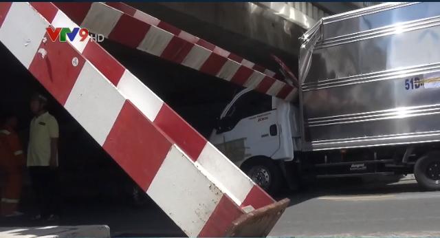 TP.HCM: Xe tải kéo ngã thanh giới hạn chiều cao dưới gầm cầu Bông - Ảnh 3.