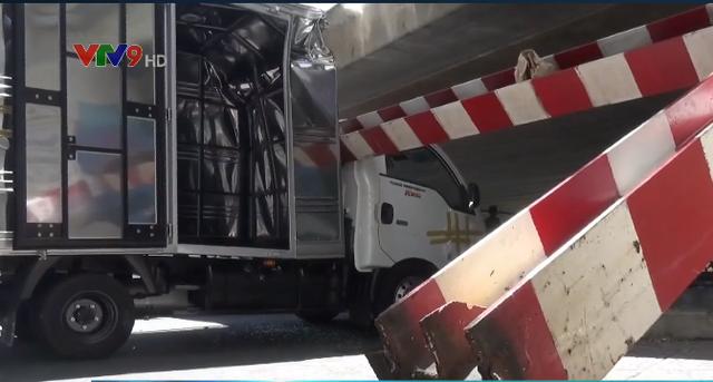TP.HCM: Xe tải kéo ngã thanh giới hạn chiều cao dưới gầm cầu Bông - Ảnh 5.