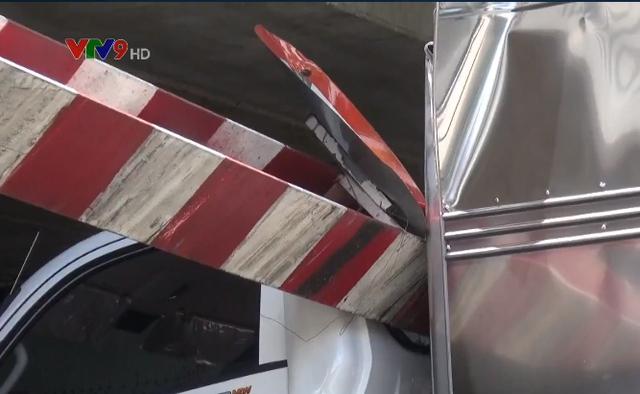 TP.HCM: Xe tải kéo ngã thanh giới hạn chiều cao dưới gầm cầu Bông - Ảnh 6.