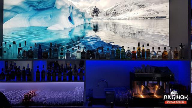 Giải nhiệt trong quán bar làm từ băng tại Berlin, Đức - Ảnh 1.