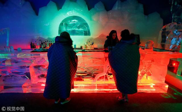 Giải nhiệt trong quán bar làm từ băng tại Berlin, Đức - Ảnh 2.