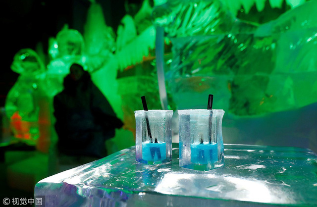 Giải nhiệt trong quán bar làm từ băng tại Berlin, Đức - Ảnh 8.