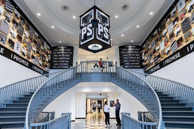 Ngôi trường I PROMISE: Di sản để đời của LeBron James bên ngoài trái bóng rổ - Ảnh 1.