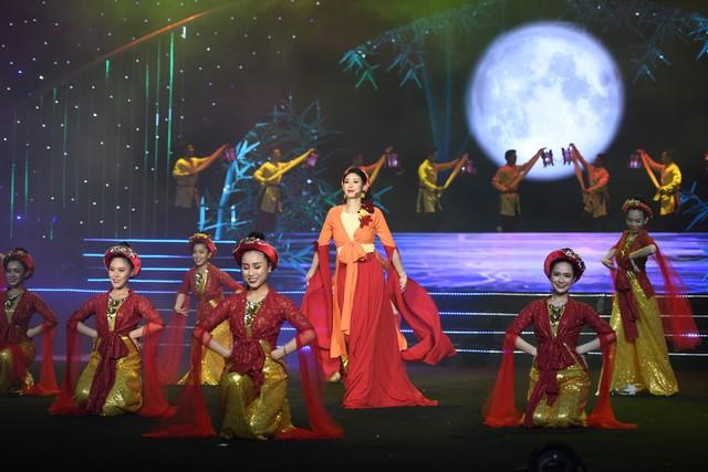 Hoa hậu Hà Kiều Anh bất ngờ khoe giọng ca trong veo - Ảnh 4.