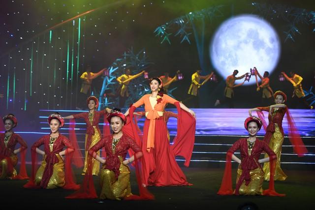 Hoa hậu Hà Kiều Anh bất ngờ khoe giọng ca trong veo - Ảnh 3.
