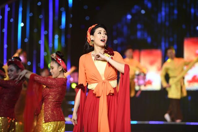 Hoa hậu Hà Kiều Anh bất ngờ khoe giọng ca trong veo - Ảnh 1.